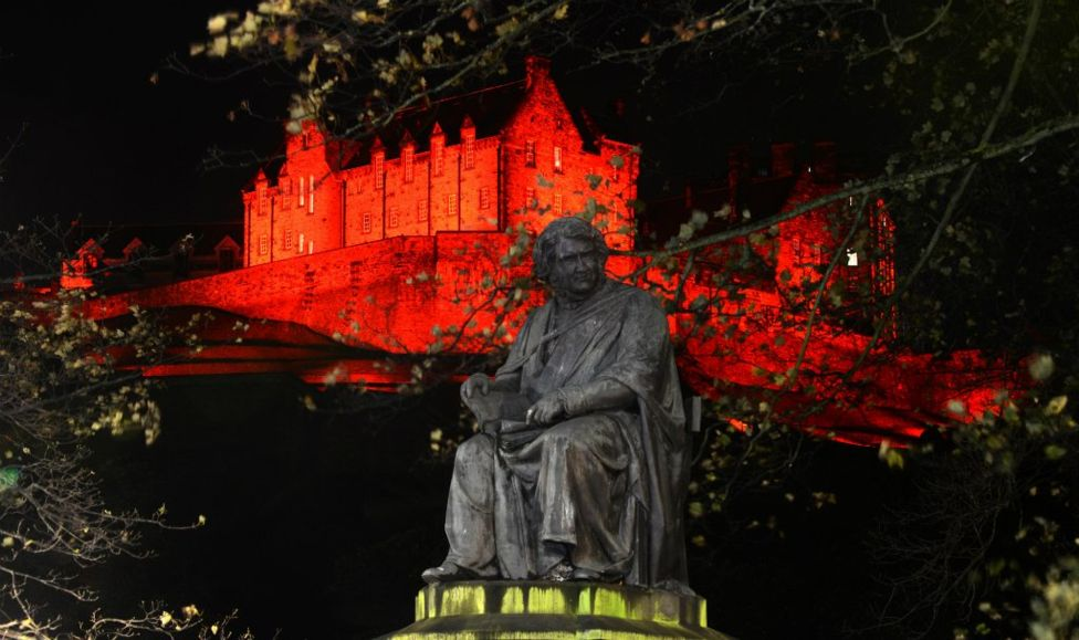 _98703766_edinburghcastlered.jpg